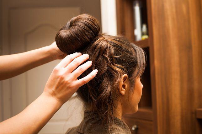 Proste fryzury krok po kroku. Wyczaruj na głowie efektowne upięcia na każdy dzień