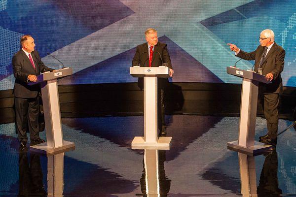 """Debata na temat niepodległości Szkocji; od lewej: pierwszy minister Szkocji Alex Salmond, prowadzący rozmowę Bernard Ponsonby, lider kampanii """"Razem Lepiej"""" Alistair Darling"""