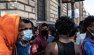 Francja. Przybywa migrantów. Kobiety i dzieci idą przez Alpy