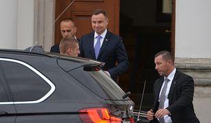 Prezydent wychodzi z Belwederu po spotkaniu z prezesem PiS