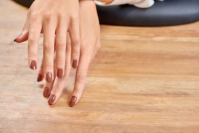 Caramel nails to obecnie jeden z najmodniejszych hitów tego sezonu.