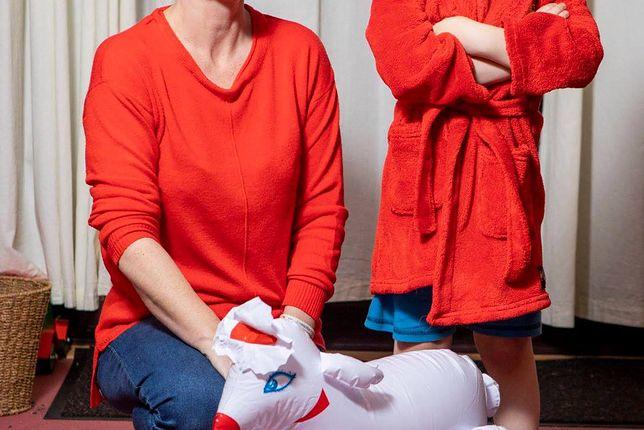 Gadżet z sex-shopu elementem kostiumu dla dziecka
