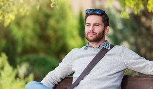Klasyczny sweter tworzy z koszulą perfekcyjny zestaw dla mężczyzny