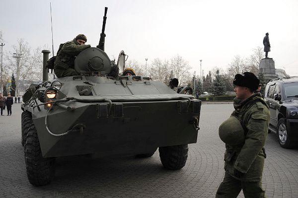 Rosyjski wóz opancerzony na ulicach Sewastopola; 25 lutego