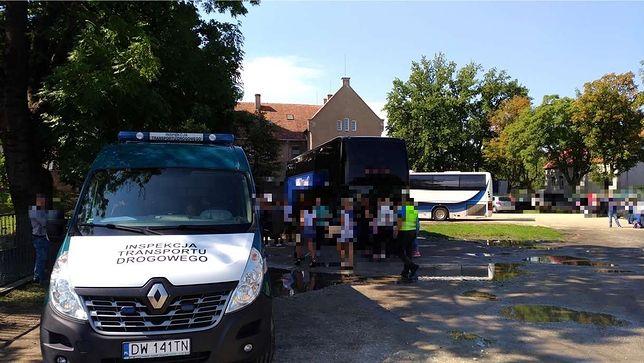 Inspektorzy ITD sprawdzają autokary w Kątach Wrocławskich