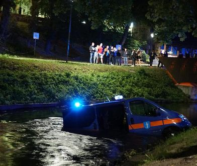 Radiowóz straży miejskiej w Łynie.