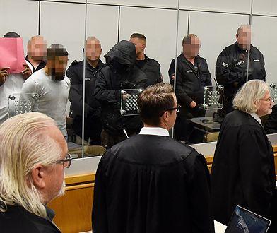W budynku Wyższego Sądu Krajowego w Celle oskarżeni zostali umieszczeni za szybą ze szkła pancernego.
