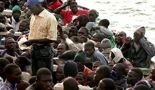Nielegalni imigranci czekający w łodzi, przycumowanej w porcie Santa Cruz na Teneryfie w Hiszpanii