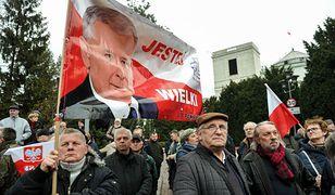 Manifestacja poparcia dla rządu przed Sejmem: jeden z jej uczestników zaatakował posła PO