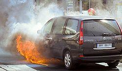 Jak się zachować, gdy po wypadku auto staje w płomieniach?