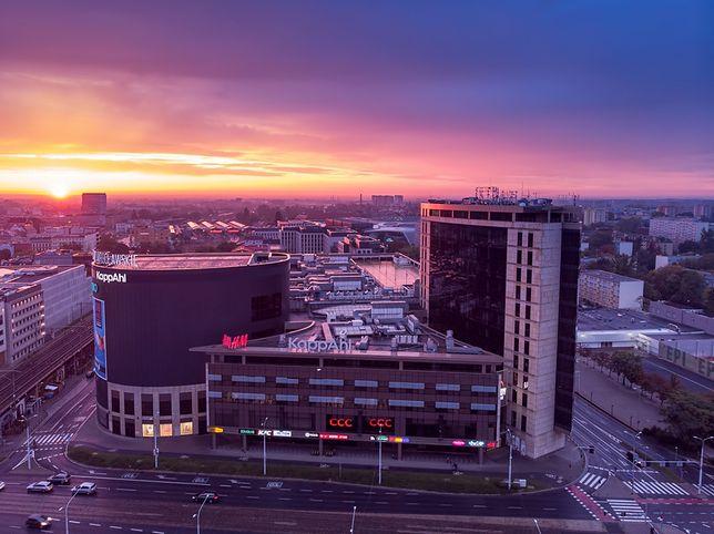 Wrocław. Kino samochodowe na dachu Arkad. Znany repertuar