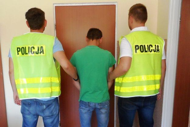 """Policjanci z Rogoźna zatrzymali podpalacza. Wzniecał pożary """"dla zmyłki"""""""