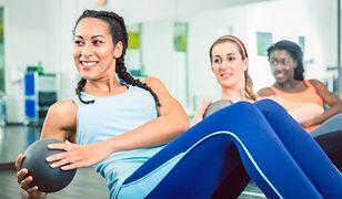 Russian twist to idealne ćwiczenie na wzmocnienie i wyrzeźbienie mięśni brzucha.