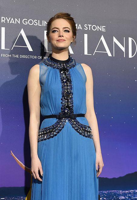 Piękna aktorka wybiera kolor niebieski
