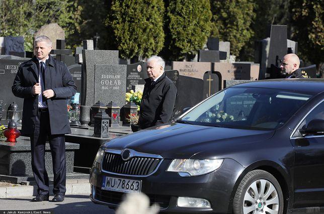 Koronawirus w Polsce. Jarosław Kaczyński na Cmentarzu Powązkowskim. Kuria się tłumaczy