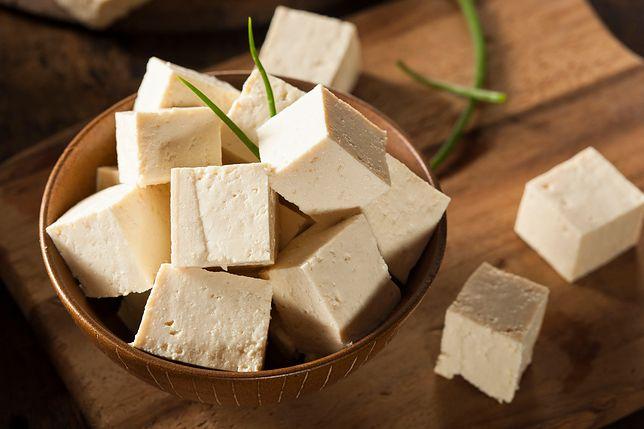 Tofu, zwane twarogiem z Azji, wytwarza się z mleka sojowego otrzymywanego ze zmielonych i gotowanych nasion soi. Przepisy z tofu