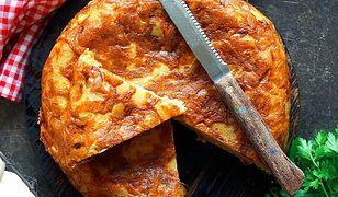 Tortilla de patatas con chorizo. Hiszpański omlet z ziemniaków i pikantnej kiełbasy