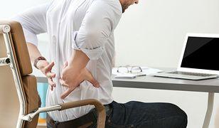 Ból pleców może mieć wiele przyczyn. Najczęstszą jest zła ergonomia pracy
