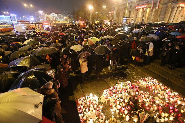 Uczestnicy manifestacji pod Pałacem Kultury i Nauki, w miejscu, gdzie podpalił się Piotr S.