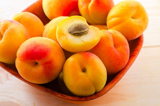 Morele są wyjątkowo smaczne, nadają się do deserów oraz na przetwory, a dodatkowo mają wiele właściwości prozdrowotnych. Przepisy z morelami