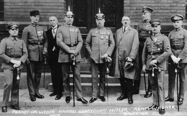 Uczestnicy puczu monachijskiego w czasie trwania procesu. Czwarty od prawej stoi Adolf Hitler, 1 kwietnia 1924 r.