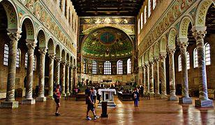 W bazylice Sant'Apollinare w Rawennie znajduje się słynna mozaika przedstawiająca św. Apolinarego z dwunastoma owieczkami