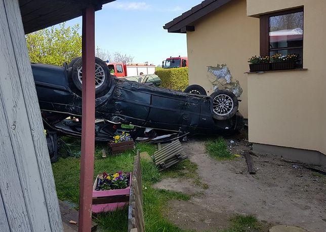 BMW zatrzymało się na ścianie domu