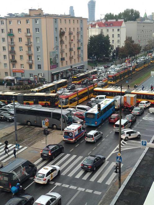 """Paraliż na skrzyżowaniu w Warszawie. """"Drogowy Tetris"""""""