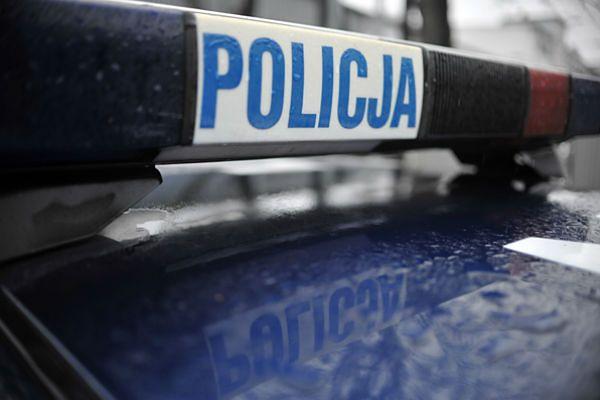 Policjanci apelują do rodziców, aby nawet na chwilę nie pozostawiali dzieci bez opieki w pobliżu dróg i ulic.