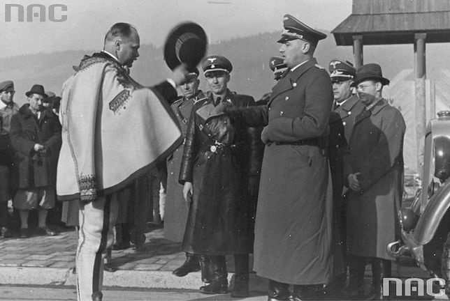 Przewodniczący Komitetu Góralskiego Wacław Krzeptowski (z lewej) wita gubernatora Hansa Franka po przybyciu do Zakopanego. Listopad 1939 r.