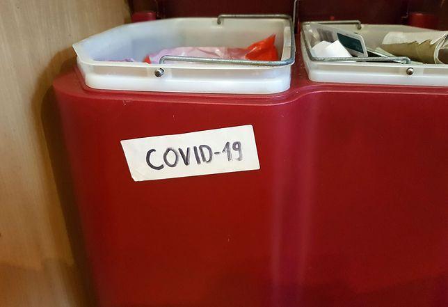 Koronawirus w Polsce. Zawiercie. Napisy COVID-19 na koszach na śmieci przed domami chorych (zdj. ilustracyjne)