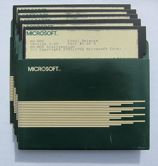 MS-DOS 2.0 na pięciu dyskietkach. Źródło: Computer History Museum.