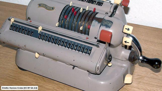 Przykładowa mechaniczna maszyna licząca.