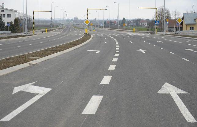 Są trzy warianty przebiegu trasy S12 w okolicach Radomia. Niebieski zakłada wyburzenie 250 domów.
