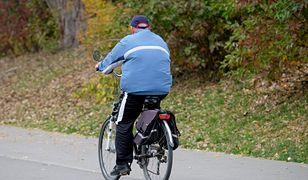 Rowerzysta upadł na jezdnię. Miał cztery promile