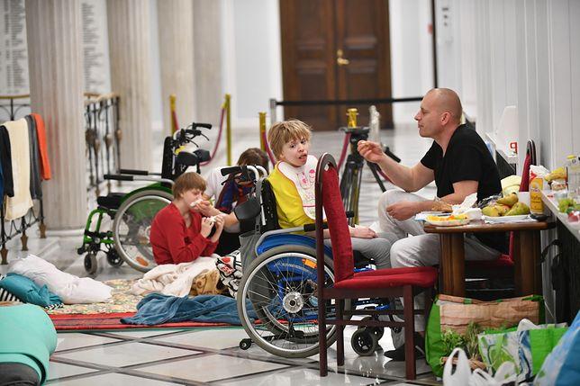 Protest rodziców osób niepełnosprawnych jest polityczny. Tak stwierdził Stanisław Pięta