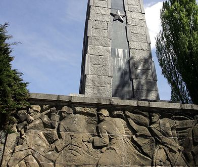 Dół obelisku zdobią socrealistyczne płaskorzeźby