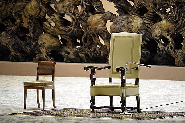 Puste krzesło papieża przed audiencją generalną w Auli Pawła VI
