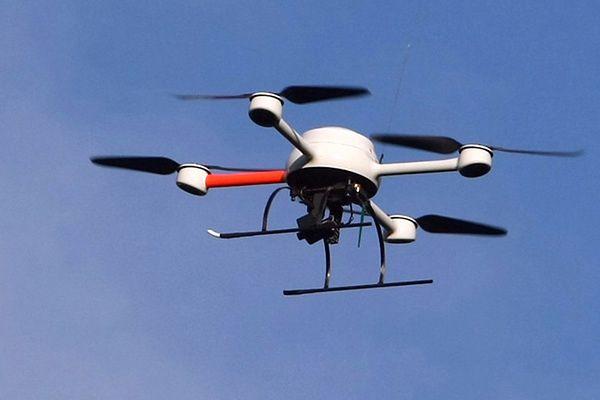 Zdjęcie ilustracyjne. Dron na fotografii jest wykorzystywany przez francuską policję