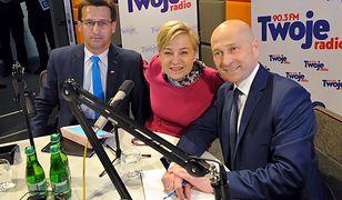 Kandydaci na prezydenta Stargardu podczas debaty radiowej. Rafał Zając pierwszy z prawej