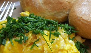 Przepis na jajecznicę z mąką i mlekiem