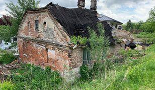 Warszawa. Jeszcze niedawno mieszkali tu ludzie. Teraz uroczy dom rozsypuje się na naszych oczach, a zewsząd osaczają go nowa deweloperska zabudowa