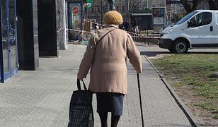 Starsza kobieta z laską.