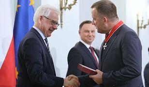Minister Jacek Czaputowicz gratuluje Wojciechowi Wilkowi odznaczonemu przez prezydenta Andrzeja Dudę