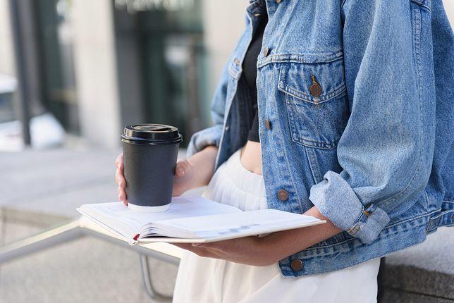 Jeansowa kurtka będzie idealna na ciepłe miesiące