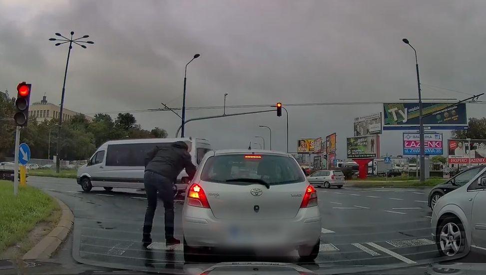 """Lublin. Pani """"wypadł"""" niedopałek papierosa przez okno. Pomógł uczynny kierowca"""