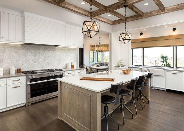 Wiszące nad kuchenną wyspą lampy w stylu loftowym to świetna dekoracja