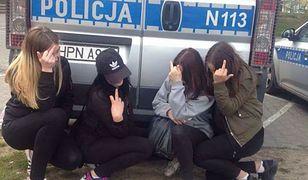 """Zrobiły selfie z radiowozem i pobiły koleżankę. Policja """"upokorzyła"""" agresywne nastolatki"""