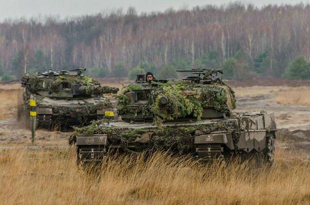 Czołgi Leopard 2 na poligonie
