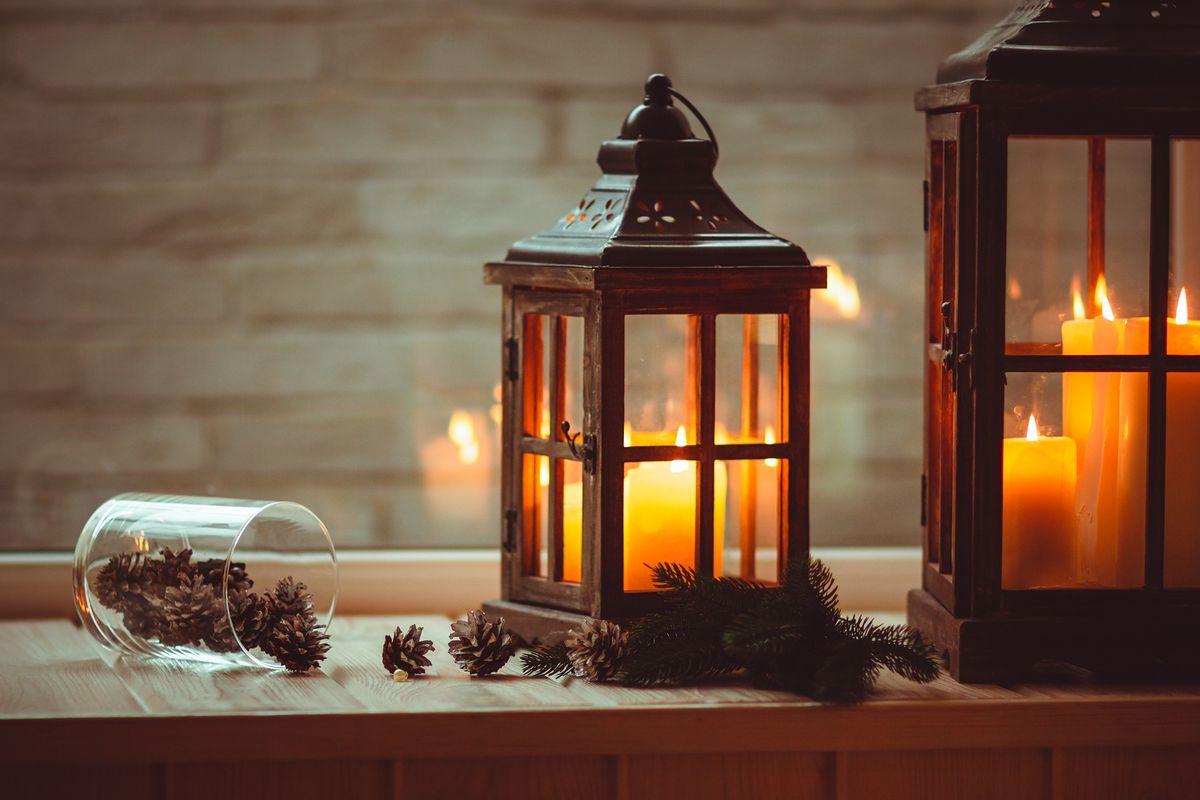 Nastrój się na nastrój. Najpiękniejsze świeczniki i lampiony do salonu i sypialni
